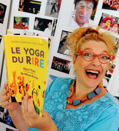 Corinne Cosseron lors de la sortie du seul ouvrage francophone sur le yoga du rire écrit avec son homologue canadienne Linda Leclerc