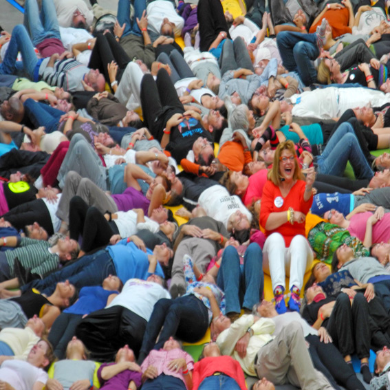 Corinne Cosseron au Yoga Festival de Paris animant une méditation du rire pour plusieurs centaines de personnes